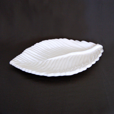 Feuille Nervurée dish in white