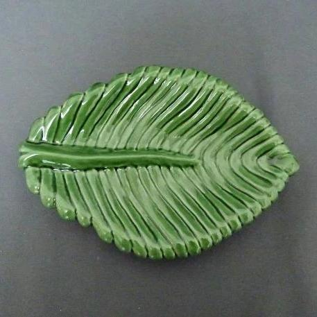 Feuille Nervurée dish in green