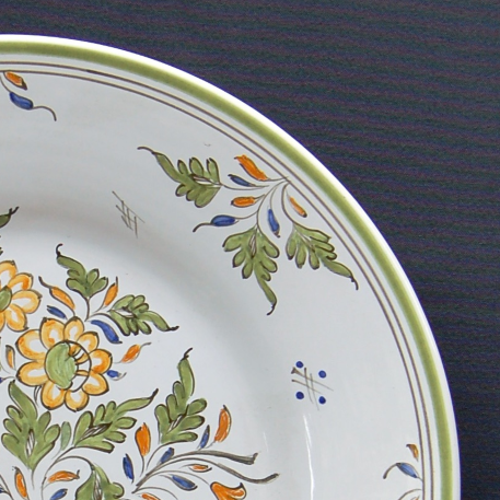 Bord Uni plate with hand painted decoration Moustiers Fleurs polychrome