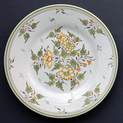 Bord Uni plate with Moustiers Fleurs polychrome hand painted decoration