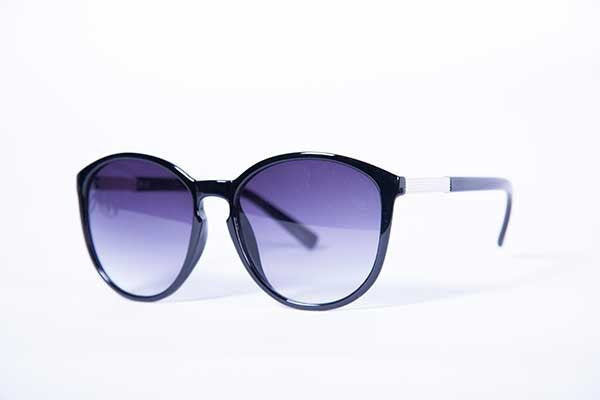 Blank Collective model Sunnies - Black