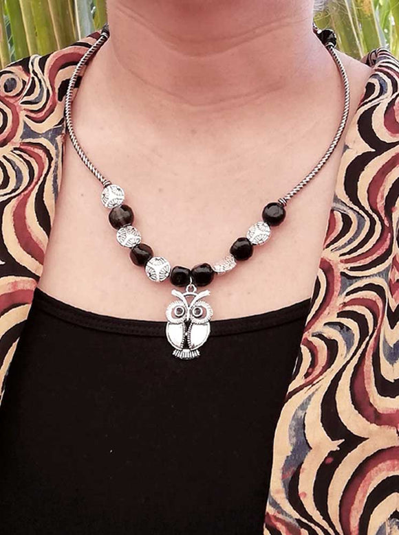 Black & white metal necklace