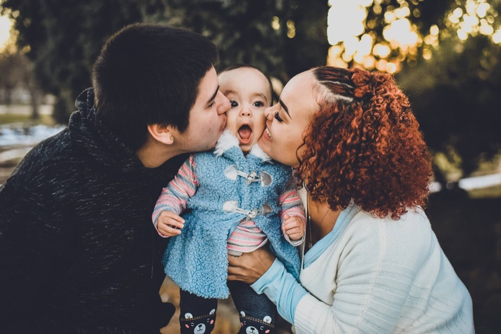Best photos of 2019 - Parents kissing child