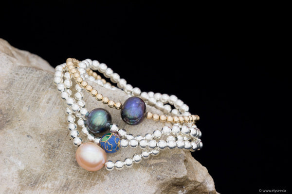 Silver bead bracelet with freshwater pearl accent. Handcrafted in Montreal by your Montreal jewellery designer.