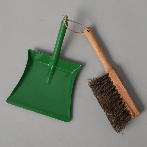 CHILDRENS DUSTPAN AND BRUSH GREEN