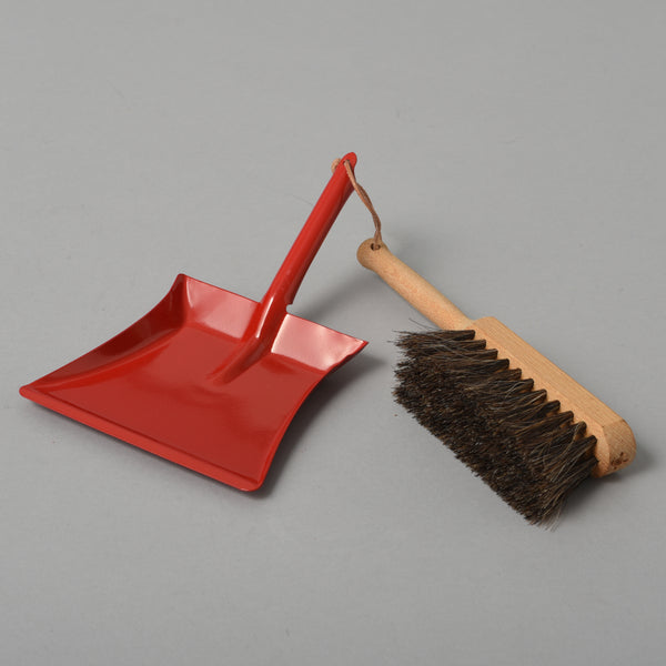CHILDRENS DUSTPAN AND BRUSH RED