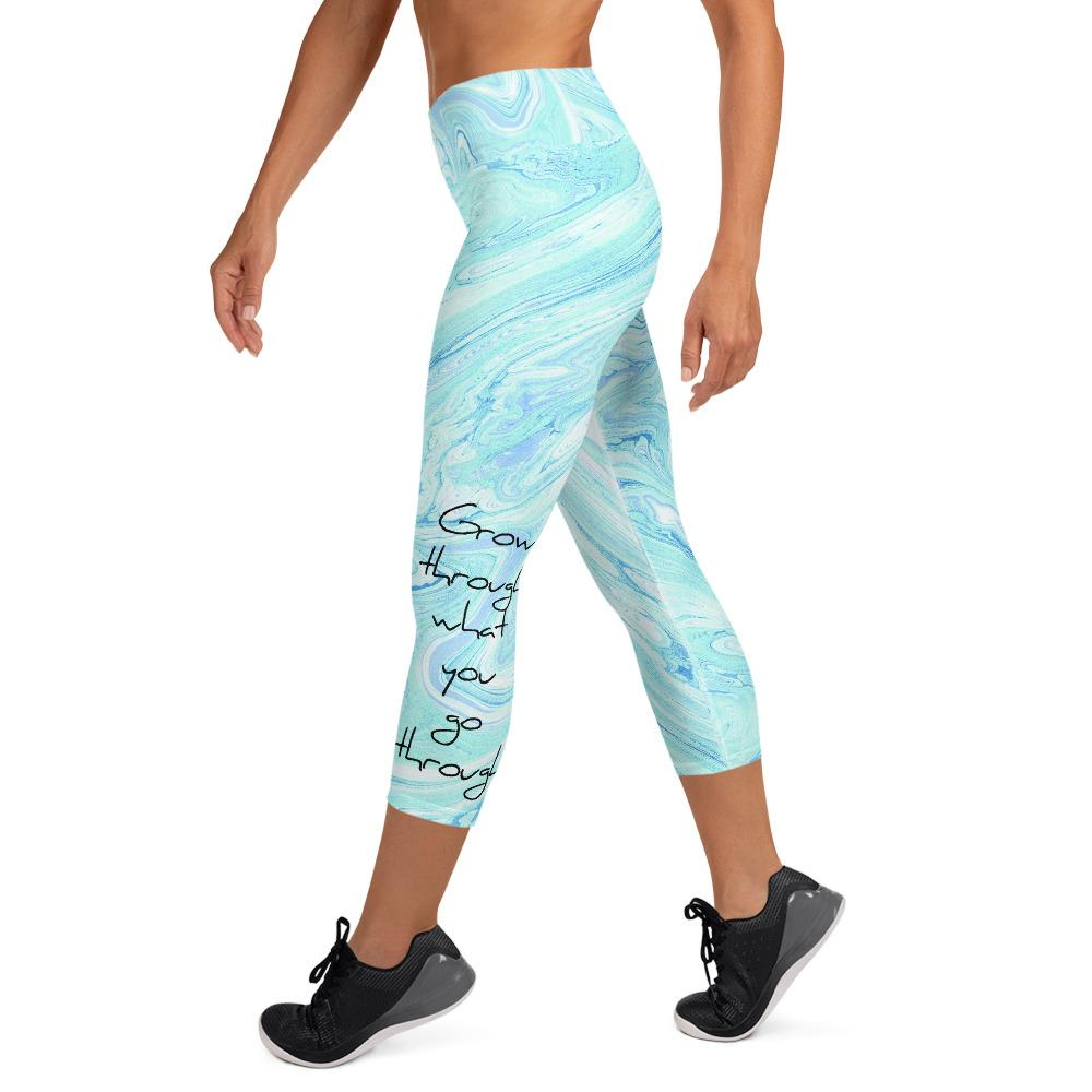 """Grow through what you go through"" - Cropped Yoga Leggings in türkis weißem Marmordesign"