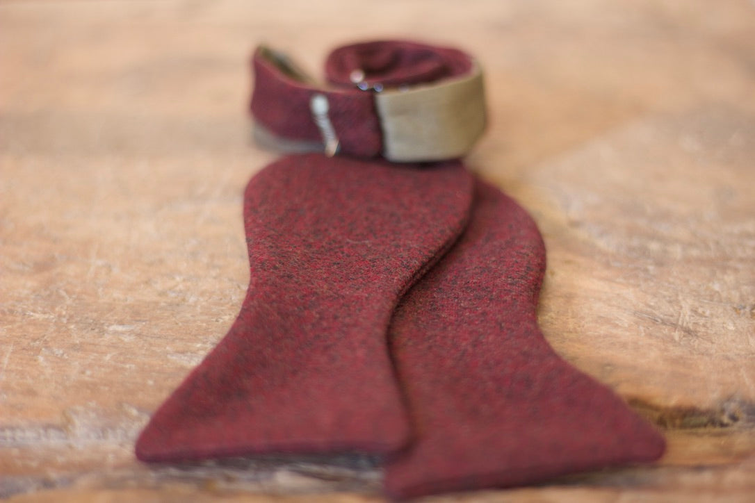 Noodles Bow Ties 100% Wool Burgundy Handcrafted in Italy Coated metal hardware  Olive green gabardine inside Hand-stitched labels Handmade boxes Self-tie bow ties BOW SIZE  Butterfly approx. 11x 6 cm Adjustment: 35 cm - 45 cm