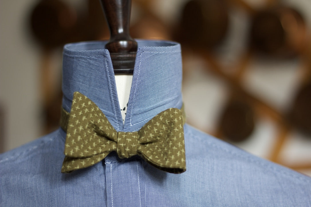 Noodles Bow Ties 100% Japanese Cotton  Olive green, light green motif seersucker Handcrafted in Italy Coated metal hardware  Olive green gabardine inside Hand-stitched labels Handmade boxes Self-tie bow ties