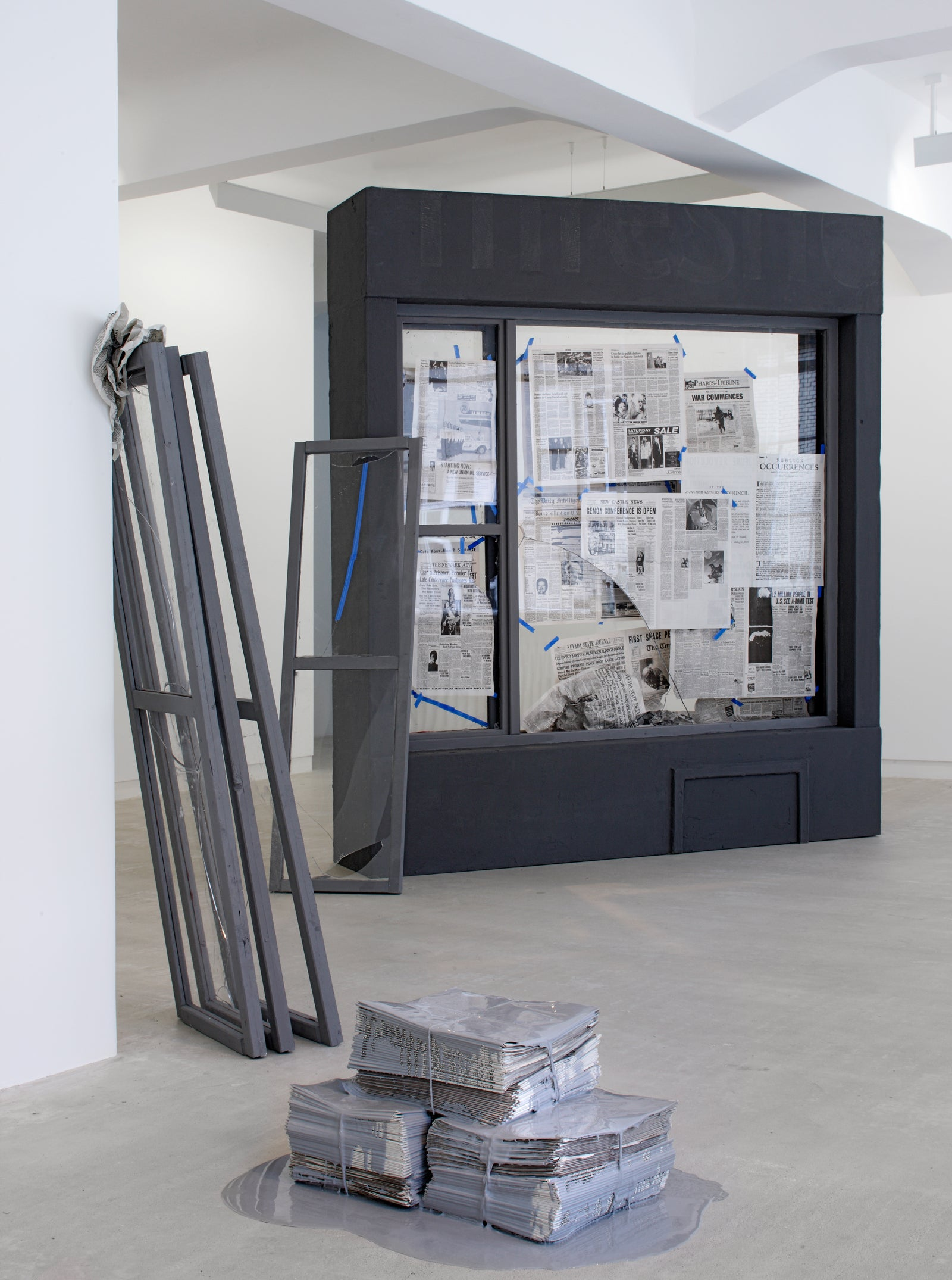 Julieta Aranda, Publick Occurrences Both Forreign and Domestick, Installation view, 2008, Galerie Michael Janssen Berlin