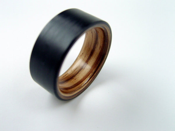 Extra-Wide Carbon Fiber Ring with a Zebra Wood Interior - hersteller