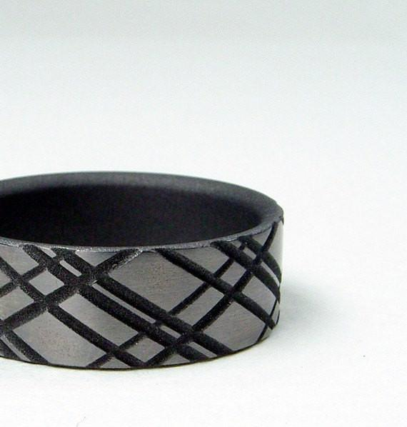 Titanium Ring with a Plaid Artisan Pattern and Satin Finish - hersteller