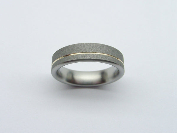 Titanium Wedding Band in Gray and Polished Gold - hersteller