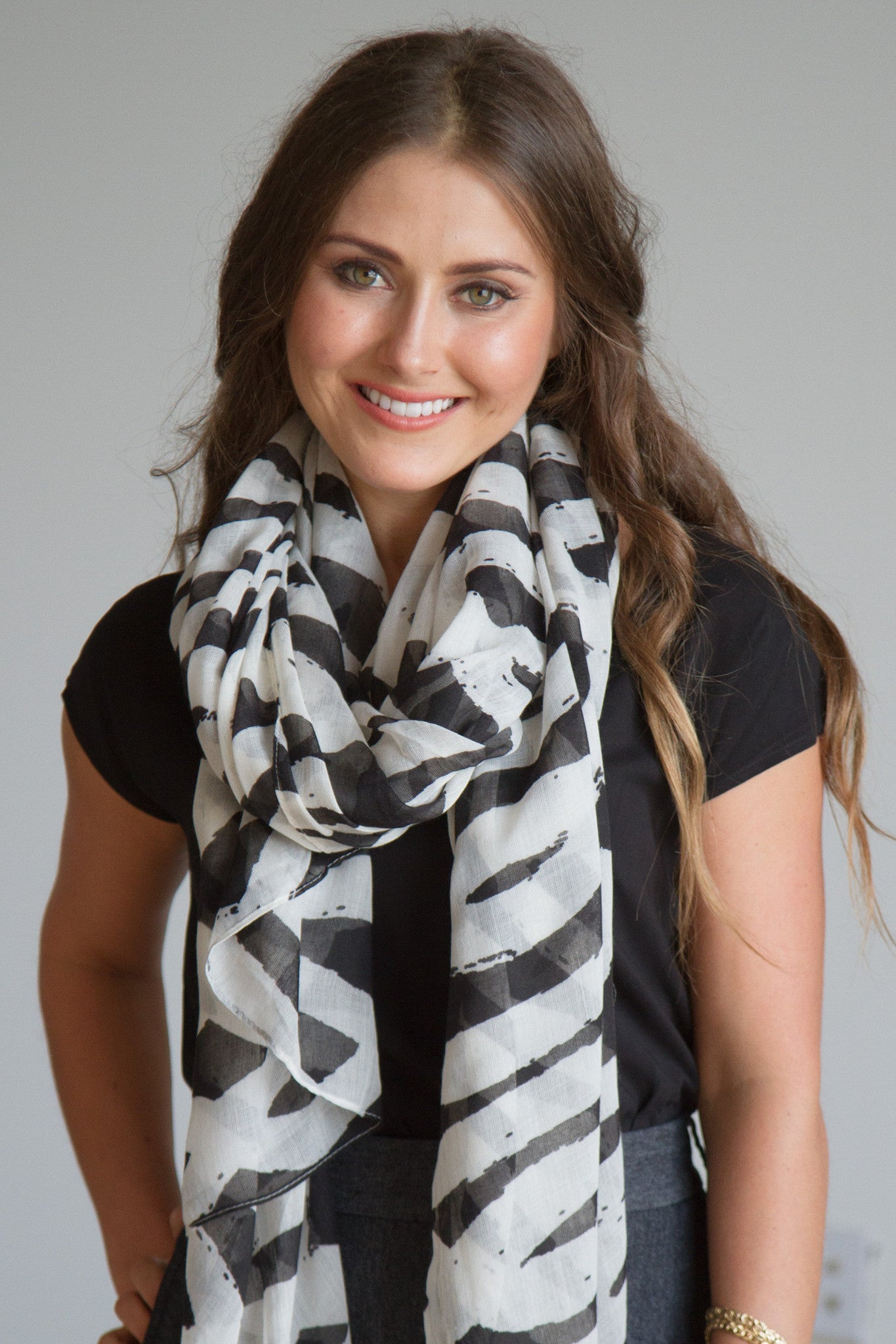 Spiral Links Scarf in Black/White