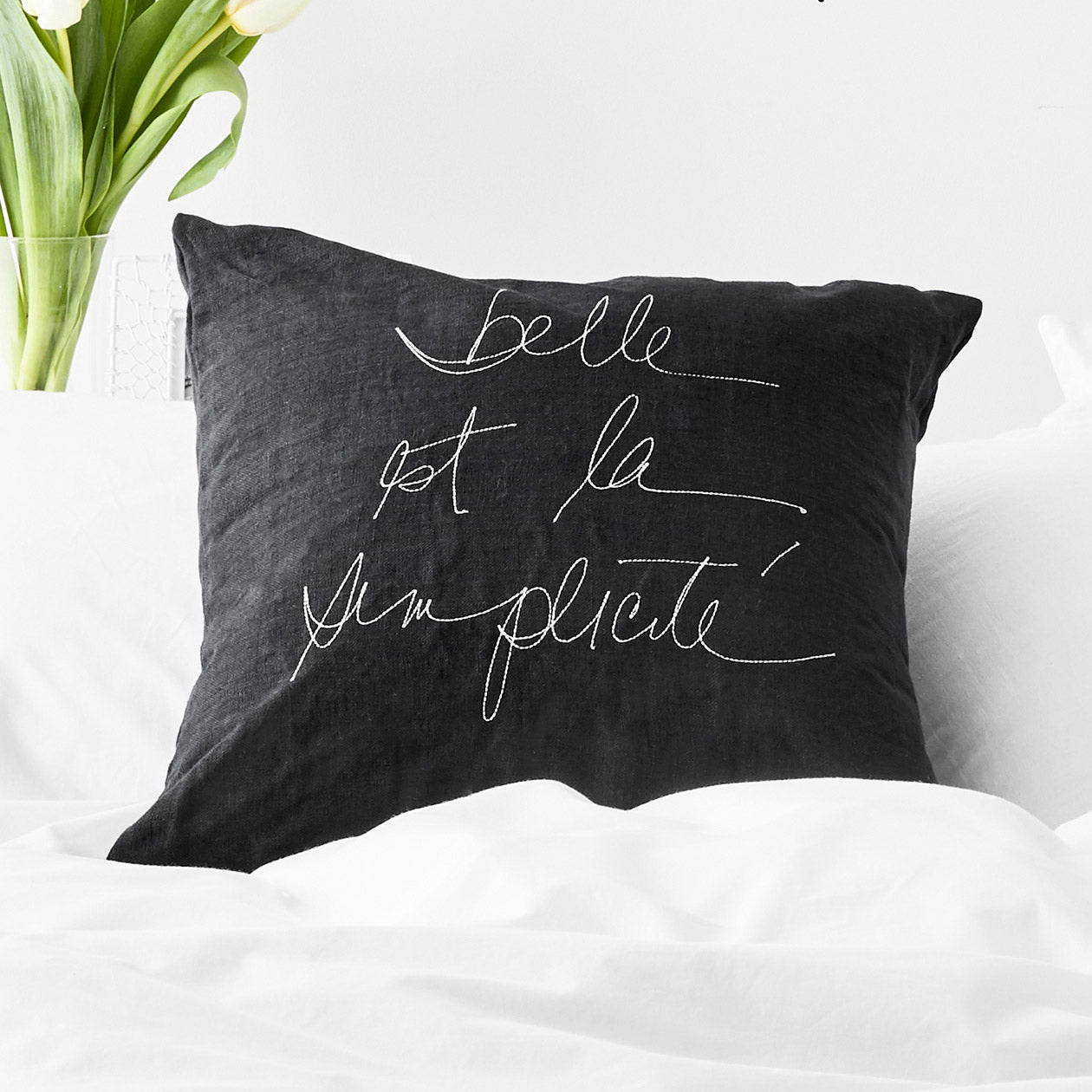 embroidered belle est la simplicité pillow cover black