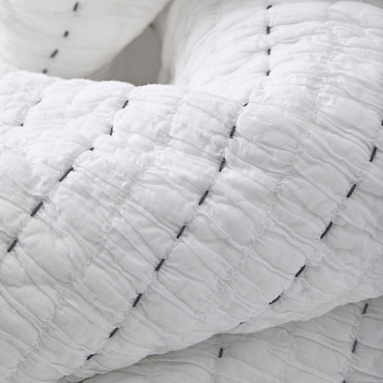 textured cotton quilt white/cement
