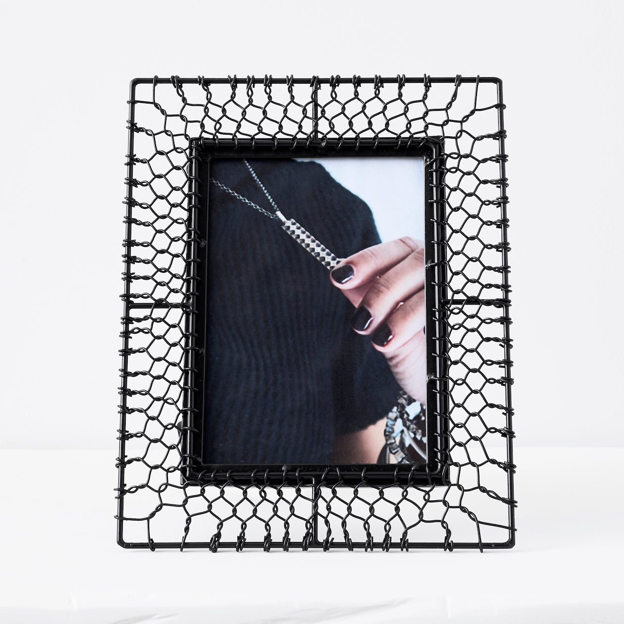 mesh pattern photo frame black