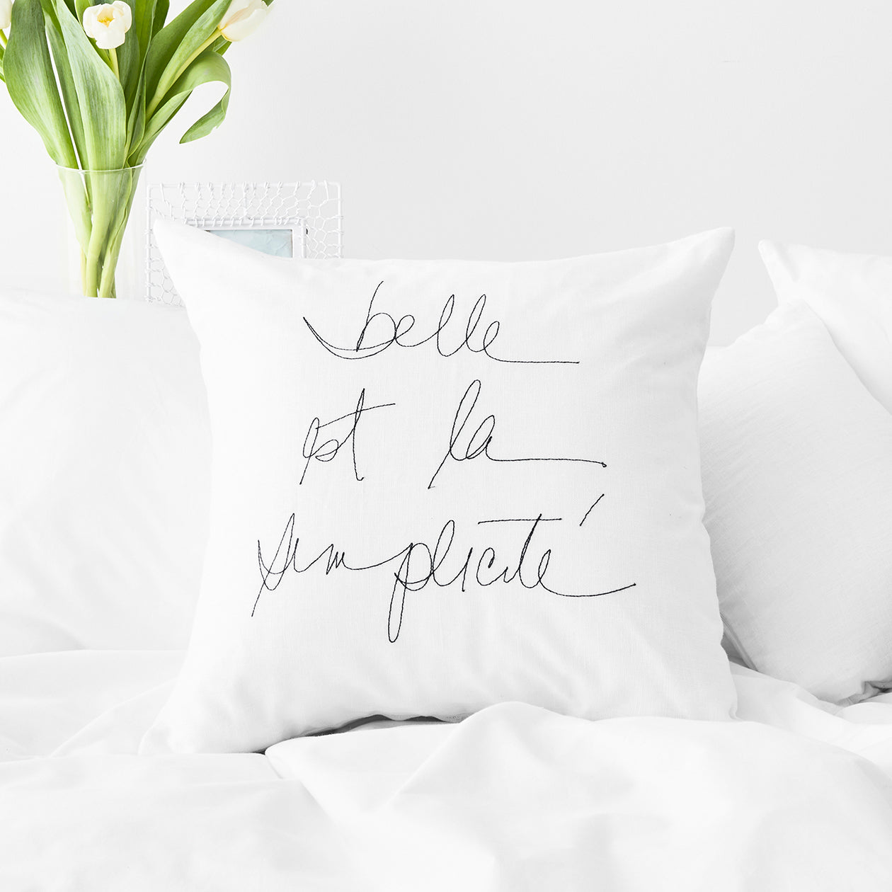 embroidered belle est la simplicité pillow cover white