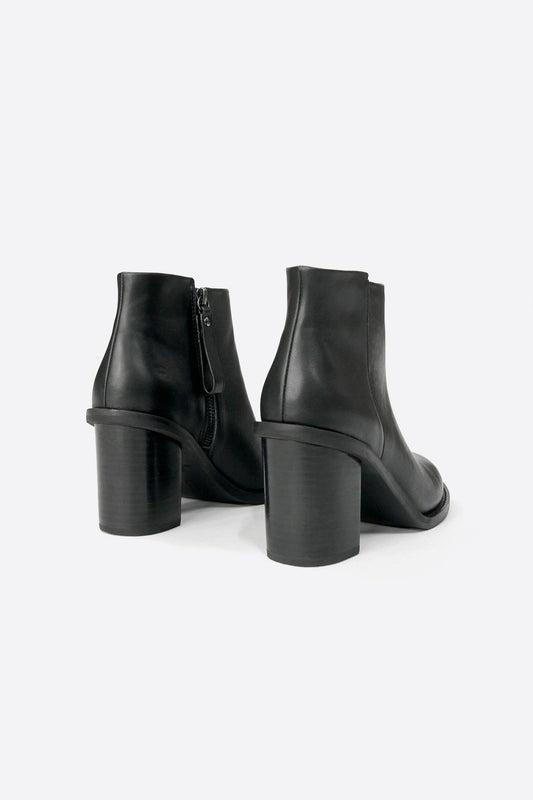 sandy boot black