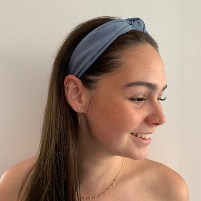 Quite possibly one of the most comfortable headbands you'll ever own!  Gorgeous soft, super comfortable fabric headband in blue with top knot. Inside of headband is lined with suede-like material.  Colours available: Black, Brown (Tan colour), Dark Green, Light Blue, Navy, Khaki, Mustard (Yellow), Dusty Pink, Blue and Red (deep red not bright red!)  Care: Use clean damp cloth  Origin: Imported