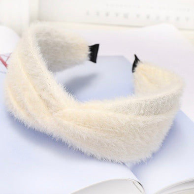 Get ready for winter with the gorgeous Aspen furry white headband with twist at the front.   The Aspen sits quite high off the head (twist is about 3 1/2cm hight) to give a statement look.  Imported.