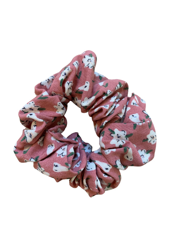Scrunchies are back and they're here to stay! These stunning scrunchies look great in your hair and also work as gorgeous accessories.  Colour/Pattern: Dark pink with white flowers Material: 100% Cotton Washing instructions: Cold hand wash  Dimensions: Material width approximately 4 cm  Made by us in Bondi Beach  With love from Larzy xx