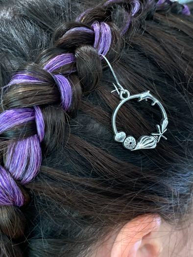 Whether it's for your colourful braids or just a regular hair-do - our gorgeous range of hair charms are the perfect way to up style and add some fun to your hair style look!  Our silver circle beach hair charm is hooked onto a thin malleable metal wire for easy use and ultimate comfort!  Wear one or stack them up for layered look!   Lead safe, nickel safe and cadmium safe zinc alloy metal  16mm x 30mm  Love Larzy xxx