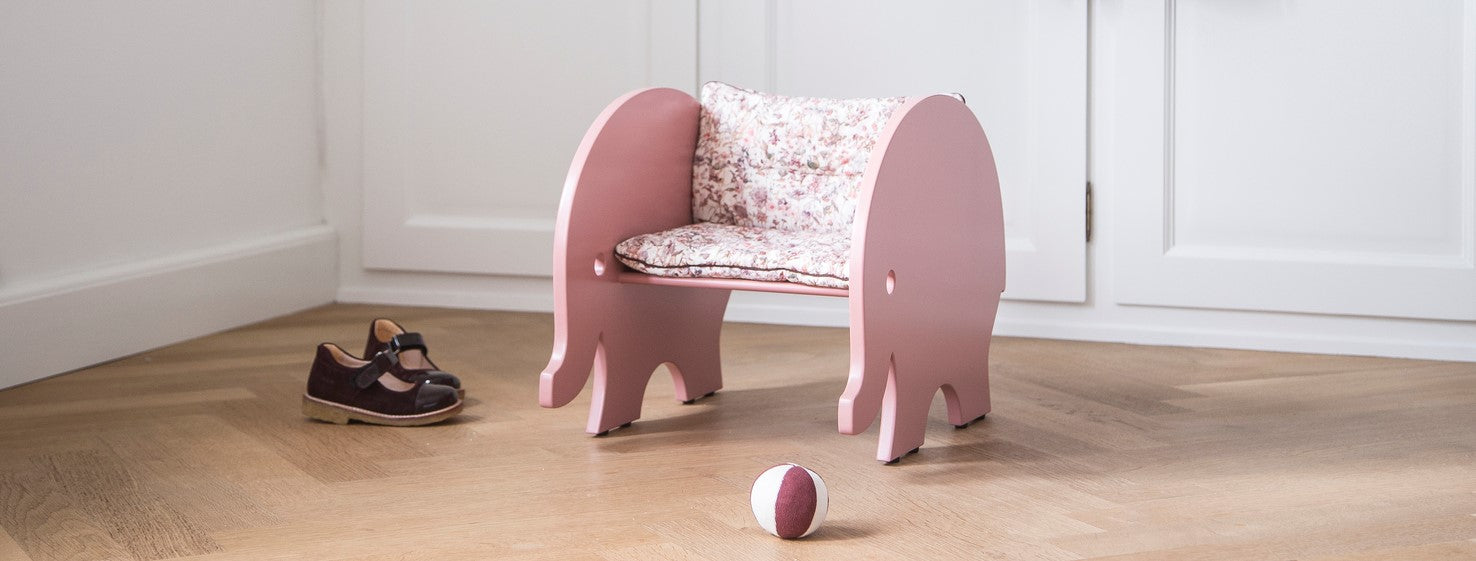 "Elefantstolen ""Eskild Toddler Chair"" fra We Are Bitte i farven ""Old Rose"""