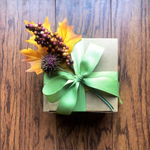 Load image into Gallery viewer, holiday scent lovers gift box