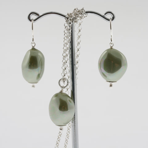 Shell earring, pendant and chain set in green, natural