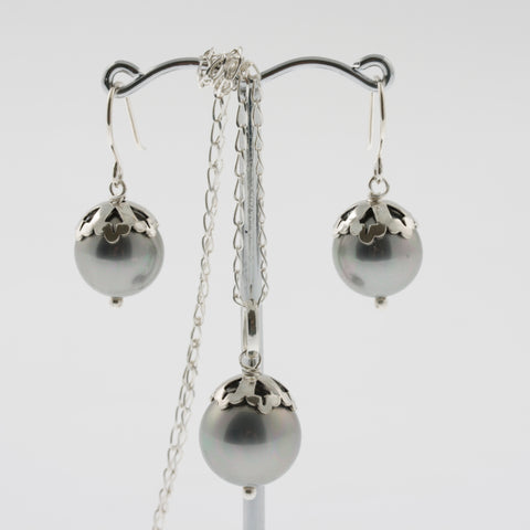 Shell earring, pendant and chain set in silver, round with detail