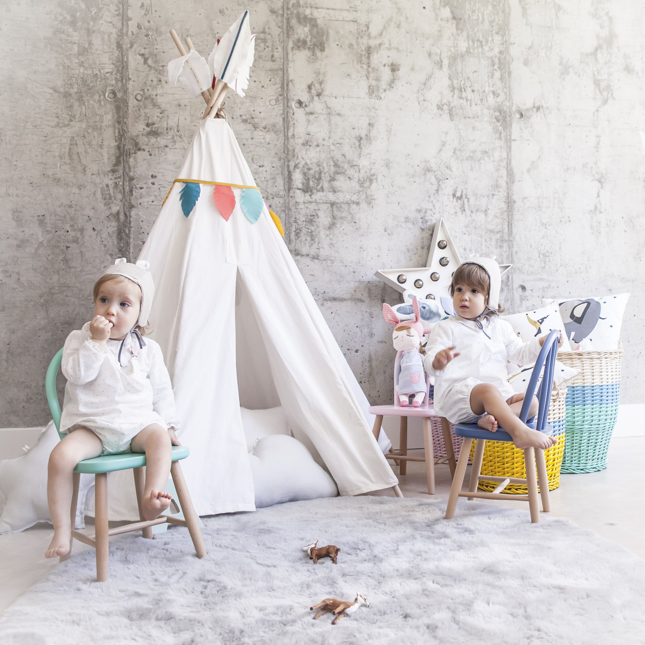Tipi decorado con plumas de colores