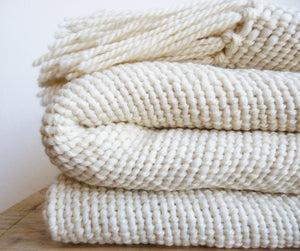 NIEBLA Throw Blanket in Ecru