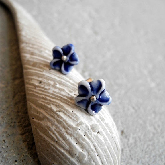 Tiny flower studs - White and dark blue