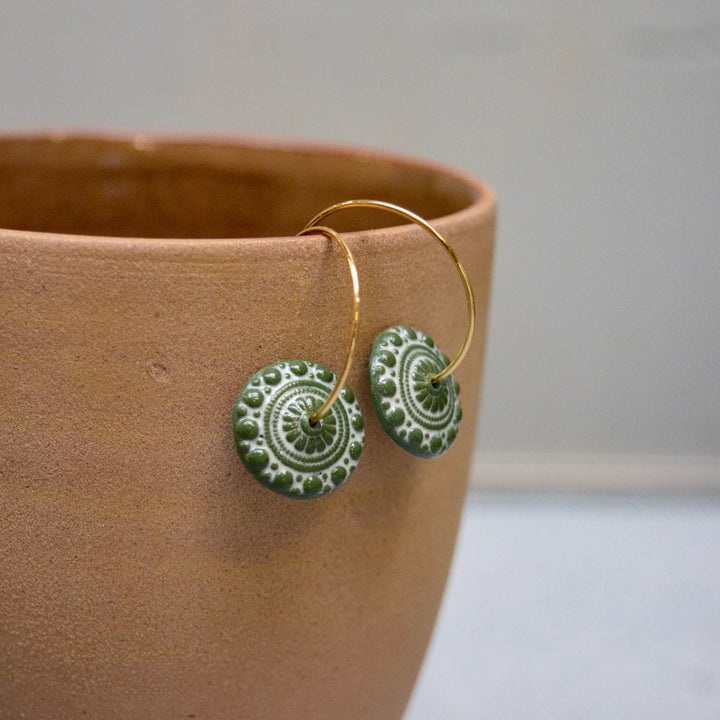 Zeeuwse knot in leafgreen and white - gloss - 18k plated 2cm hoops