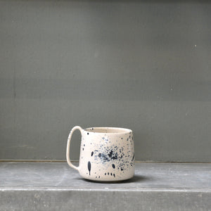 Spruzzi Lazy & Relax mug in Gloss white and black.