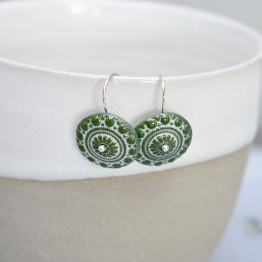 Zeeuwse knot in leafgreen and white - gloss - small earwire