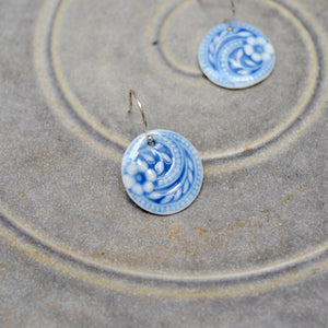 Flower swirls earrings - White and cornflower blue - Gloss - small earwire