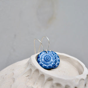Zeeuwse knot in Prusian blue and white - gloss - small earwire