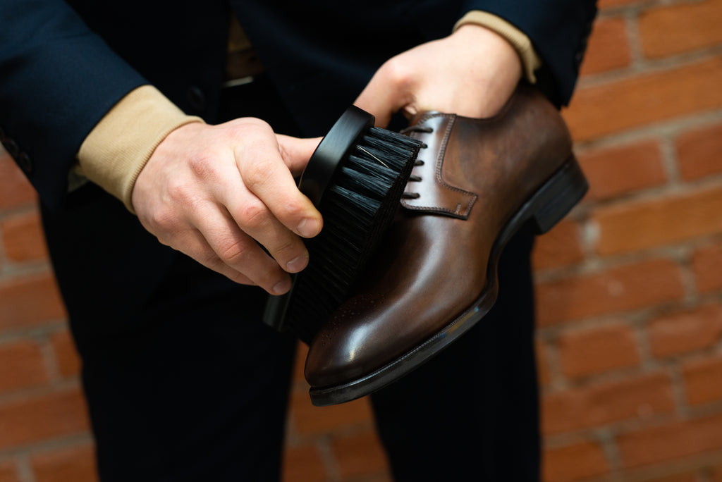 Brushing shoes clean - how to care for leather shoes