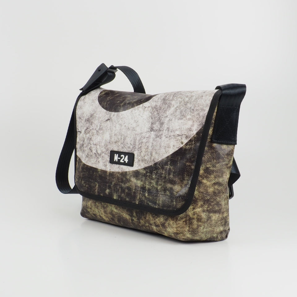 Messenger - distressed black and white - No.775