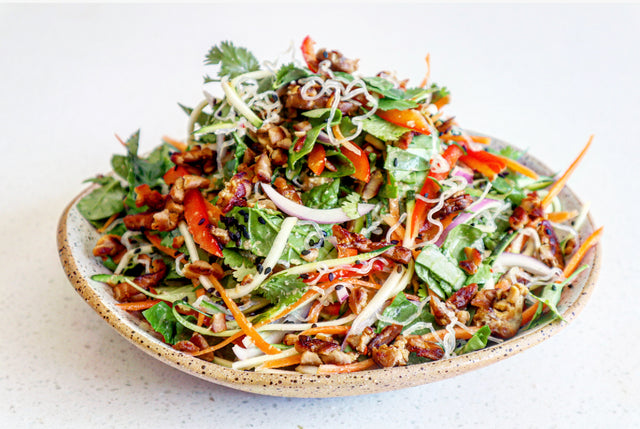 Raw noodle salad with marinated tempeh