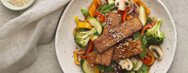 Organic crispy tempeh with stir-fry veggies