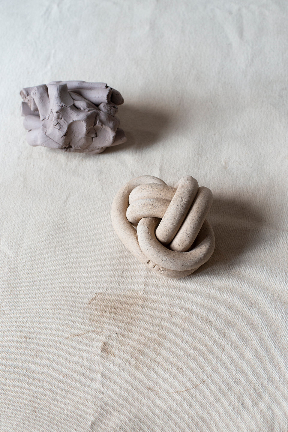 Fist knot, Speckled - SIN  |  Home goods & ceramics