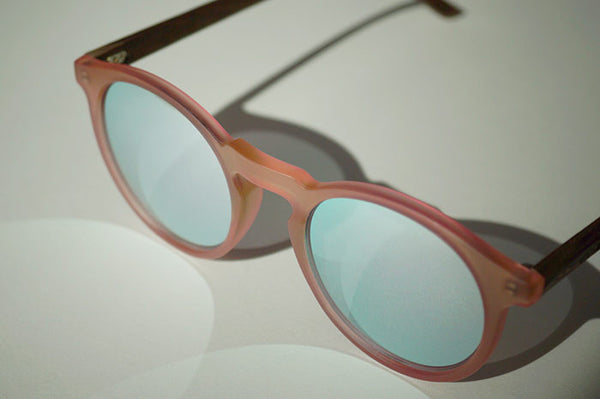 Molly Holz Sonnenbrille Walnuss rose verspiegelt transparent TAKE A SHOT Mood Pic