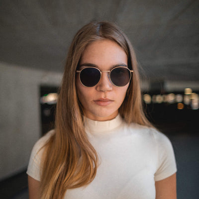 runde metall sonnenbrille in rosegold mit holzbuegeln janis von take a shot lookbook shooting frau mit beige farbenen turtleneck shirt