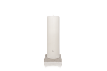 Product shot MAJO LUSO 80 cm white outdoor pillar candle with MAJO logo, standing on grey polished concrete base