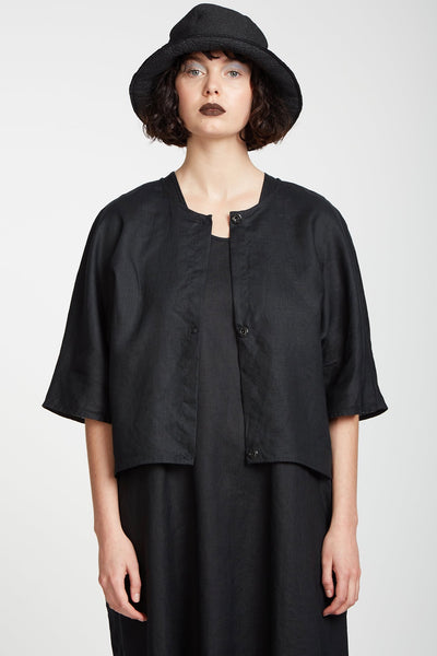 Zambesi Firefly Jacket is the perfect layering piece for our summer months over a dress or worn closed as a shirt. Made in 100% linen this jacket has elbow length dolman sleeves, press studs closure and slightly curved back.  100% linen Delicate hand wash Made in New Zealand