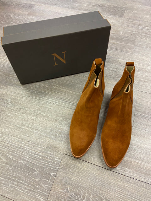 NIB NISOLO PULL ON CHELSEA BOOT IN NUTMEG SIZE 9