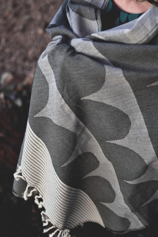 Tu es la Vague throw: Charcoal Black